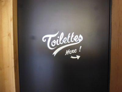 Enseigne coffee shop - Lettrage sur porte des toilettes